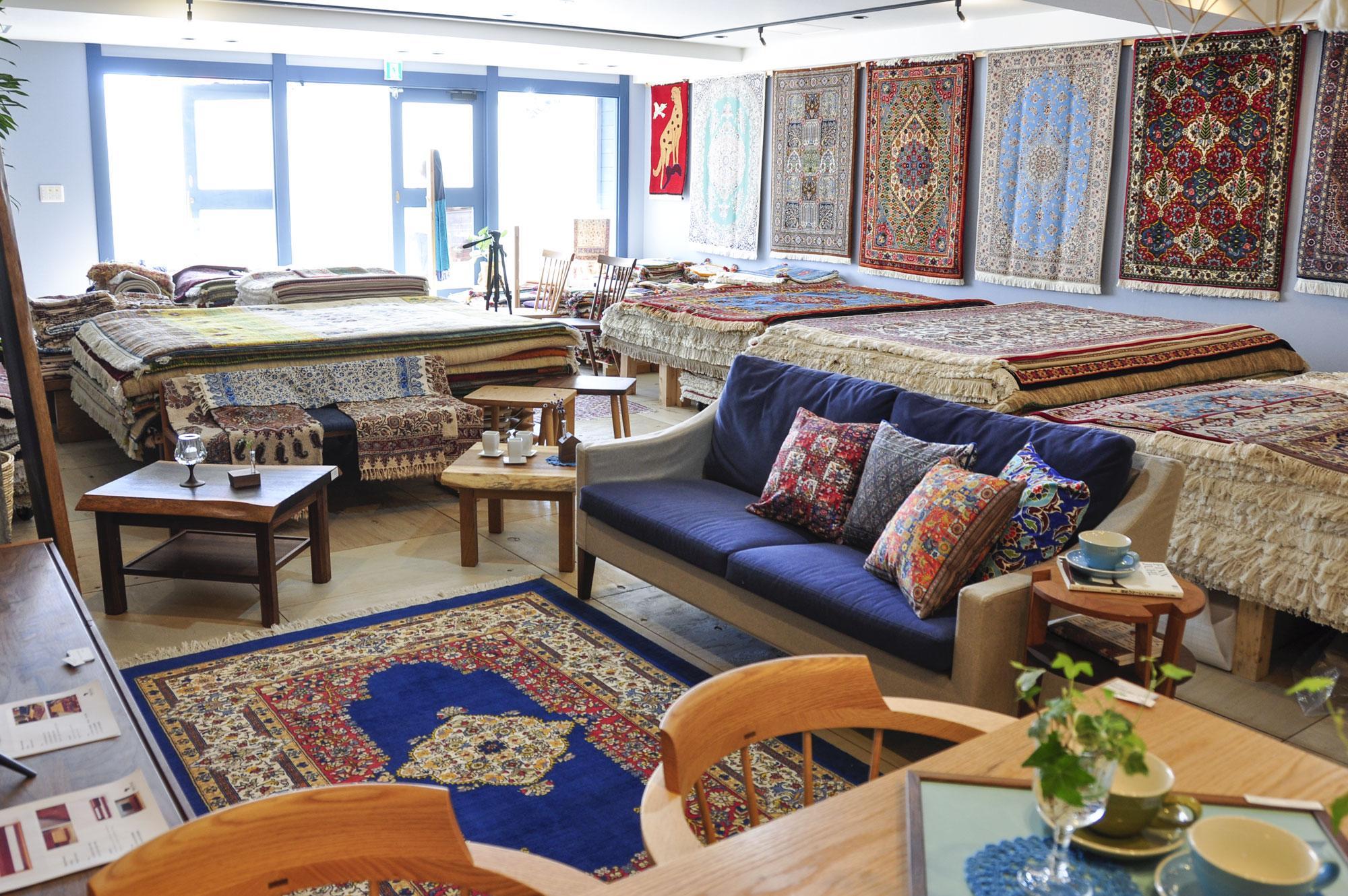 手織り絨毯と家具